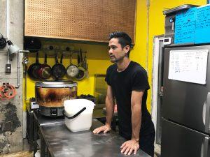 厨房で語る市部さん